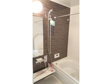 【橋本不動産】南区外山一丁目~地下収納とウォークインクローゼットのある家◆販売2戸◆ 【一戸建て】 (1号地)1616タイプのゆったりサイズが嬉しい浴室。お湯が冷めにくく、汚れが付きにくい仕様です。浴室暖房乾燥機付きで寒さ知らず&梅雨でも洗濯物干しに困りません。