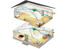 【24時間換気(第1種換気)】機械で換気をコントロールし、快適な室内環境を整えます。 ○室内の温度を快適域に保ちます。  熱交換器により、外気の温度を緩和して室内に取り入れます。  心地よさを保ちながら無駄なく効率的な換気ができ、省エネ効果が得られます。 ○外気をクリーンに取り入れます。 高性能フィルターにより花粉や粉じん・大気汚染等の汚れを除去します。