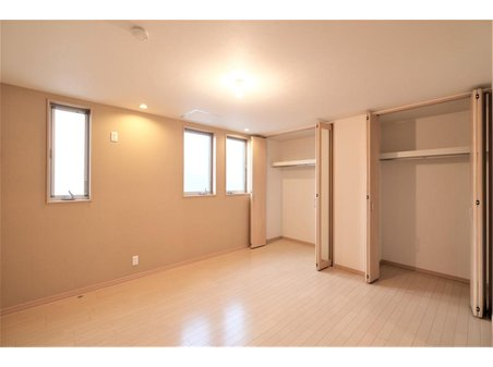 【橋本不動産】中村区千成通2丁目~在宅ワーク向け・5LDK~ 【一戸建て】 【和室と続きで使用出来る1階洋室7.88帖】 隣接した和室の障子は引き込み式なので、広い1部屋として明るく開放的に利用できるのも嬉しいポイントです。 主寝室として利用できる、充実の収納環境です!
