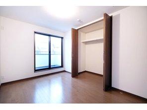 【橋本不動産】名古屋市天白区 中平2丁目~開放的なオープンキッチンが魅力~ 【一戸建て】 【A号地・3階・洋室6帖】南・東面採光 バルコニーへの出入りが可能な6帖の洋室。3階ならではの眺望の良さと開放感が魅力的です。