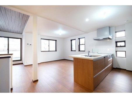 【ハシモトハウス】 天白区中平2丁目~開放的なオープンキッチンが魅力の3階建住宅~ 【一戸建て】 【A号地・2階・LDK(19.72帖)】 対面式のオープンキッチンで日中は南方向に向かって明るくお料理を楽しめます。リビング、ダイニング、キッチンがそれぞれが独立して使いやすいL字型の配置です。