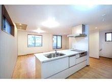 【ハシモトハウス】 天白区中平2丁目~開放的なオープンキッチンが魅力の3階建住宅~ 【一戸建て】 【C号地・2階・LDK20.56帖】 当分譲地内で唯一のアイランドキッチンを採用した明るいキッチン。ぐるっと回れる事で、キッチン周りのスペースや、毎日の家事の時間にもゆとりが生まれます。