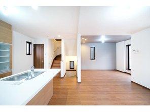 【橋本不動産】名古屋市天白区 中平2丁目~開放的なオープンキッチンが魅力~ 【一戸建て】 【A号地・2階・LDK(19.72帖)】 キッチン・ダイニング・リビングがL字型に配置されている為、それぞれの空間が独立して使いやすい明確な間取りです。