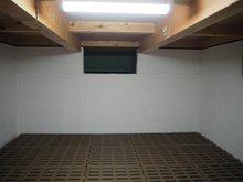 【地下収納】 大容量の地下収納で普段使用しないスーツケースなどのかさばる置き場の困る荷物にピッタリの収納。収納だけでなく、万が一のトラブルを防ぐ点検時にも役に立つ実用的な仕様です。