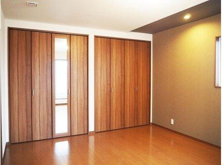【2号地 洋室10帖】 主寝室としてして想定したこちらのお部屋には壁一面に収納を配置。鏡付きなのでお出かけ前のコーディネートもバッチリですね!