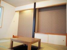 【2号地 和室6帖】 床の間・地袋・堀こたつ付きの本格的な和室。リビング、玄関ホールのどちらからも出入りが可能で来客時の応接間にピッタリです。掘りごたつは分解し、格納できる為、フラットな一部屋としても