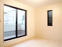 【3号地 洋室6帖】 白を基調とした南向きの明るいお部屋。 5帖の広いバルコニーへの出入りが可能です。