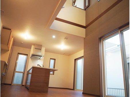 【2号地】 明るく開放的な吹き抜けが建物にゆとりと高級感をプラスします。2階の洋室から内窓で上下階のやり取りが楽しめる仕様です。