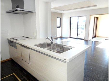 フロアのダークとコントラストの効いたホワイトの清潔感溢れるキッチン。豊富な収納スペースでスッキリ片付きます。 (9号地)