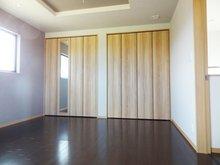 主寝室には壁一面のクローゼットをご用意。便利な姿見付きです。(9号地)