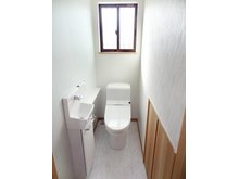 清潔感溢れるトイレはおしゃれな手洗いカウンター付き。(9号地)