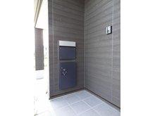 玄関横には便利な宅配ボックスを設置。留守がちなご家庭も安心です。(9号地)