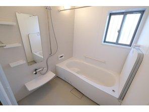 【橋本不動産】四日市市 西富田3丁目 ~在宅ワーク対応の豊富な部屋数~ 【一戸建て】 【同仕様写真・浴室1618サイズ】 ※写真は1号地 洗い場側が広くゆったりと入浴出来る1.6m×1.8mの浴室を標準装備。 断熱性のある浴槽は、家族みんなが温かいまま入浴出来ます!
