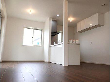 草津市・新浜町分譲地  【一戸建て】 明るいキッチンは、対面式で家族との会話を弾みそうです。(9号地)