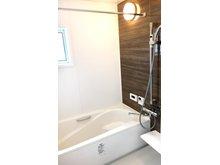 ダークブラウンの壁で、高級感のある浴室です。(9号地)