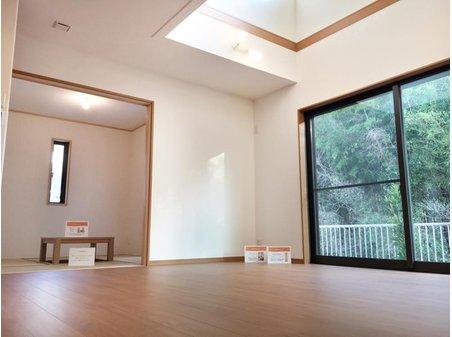 吹き抜け仕様のリビングはとても開放的。南側の和室と合わせ、みんなのお気に入りの場所になりそうです♪(7号地)