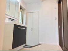 洗面室から勝手口に出られる設計、土間続きの収納もございます。(9号地)