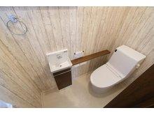 ~ 草津市・新浜町分譲地 ~  【一戸建て】 トイレは手洗い付きで快適にお使い頂けます。アクセントクロスをあしらったお洒落な楽しい空間です。※写真は1階部分(9号地)
