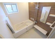 ~ 草津市・新浜町分譲地 ~  【一戸建て】 ダークブラウンの壁で高級感のある浴室です。断熱効果のある浴槽と、冬場でもヒヤッとしないフロアで快適にご入浴頂けます(9号地)