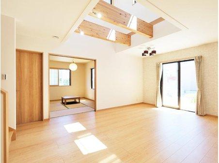 【橋本不動産】近江八幡市 中小森町分譲地 ◆販売2戸◆ 【一戸建て】 【8号地】LDK20.8帖 吹抜けからのたっぷりの陽光で、年中明るく開放的なリビング。和室と合わせて使えば26帖超に。家族がそれぞれに過ごしつつ、コミュニケーションも気軽にとれる開放的空間です♪