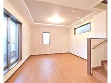【橋本不動産】 東大阪市花園西町1丁目 ~スタイリッシュな3階建 (2区画)~ 【一戸建て】 【1号地 2階 リビング】 東面に大きな窓を備え、バルコニーへの出入りが可能です!明るく広々としたリビングに階段を計画する事で、家族が自然とリビングに集う間取りです。