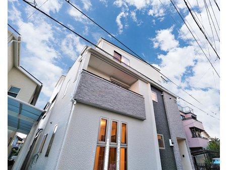 【橋本不動産】 東大阪市花園西町1丁目 ~スタイリッシュな3階建 (2区画)~ 【一戸建て】 【2号地 外観】 縦長の3連窓やバルコニーで凹凸を付けたシンプルながらもこだわった外観デザイン。