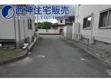 神野町石守(神野駅) 1500万円 前面道路は幅員約4m幅と狭いですが、交通量が比較的少ない為お車の出し入れ等しやすくなっております。現地(2021年7月12日)撮影