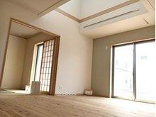 吹抜け効果でさらに空間に広がりを感じさせる19帖のリビング。収納スペースも確保し快適な生活空間となります。(2-1号地)