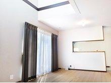 (2-3号地)吹抜けと大開口の掃き出し窓で明るさを演出しています。 プロが選んだ大塚家具のカーテンをプレゼント!Wキャンペーン実施中です。