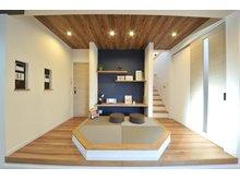 岸和田市額町 全10区画 リビングに小上がりの畳コーナーを設けた個性的なプラン。じっくりヒアリングして、家族だけの理想を実現します。(建物プラン例/建物価格1540万円、建物面積98.12m2)