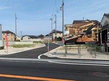 岸和田市額町 全10区画 【現地(2020年8月撮影)】現地前は府道30号線(大阪和泉泉南線)が走っており、カーアクセスも良好です。国道26号線へ車約5分(小松里町西交差点まで1km)。