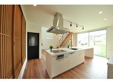 岸和田市額町 全10区画 カウンター一体型のキッチンを中心に、リビング、小上がり、階段まで見通せる間取り。家族のコミュニケーションを育みます。(建物プラン例/建物価格1540万円、建物面積98.12m2)