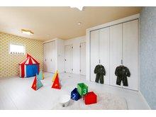 岸和田市額町 全10区画 2階の広い洋室は、ドアもクローゼットも2つずつ設置。子どもたちが小さな内は大きな1つの部屋、思春期になれば2つの個室にと、家族の成長やライフスタイルに合わせて間取りを変えられます(モデルハウス)