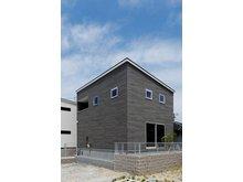 岸和田市額町 全10区画 モデルハウスは、地震に強い耐震等級3の構造、Low-Eガラス採用で断熱性の高い長期優良住宅仕様の住まい。長く快適に暮らせます。ぜひ、新居の参考に