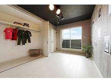 岸和田市額町 全10区画 インナーバルコニーのある開放的な主寝室。夫婦2人の服やバッグなどもたっぷり収納できる大型クローゼットで、お部屋がすっきりと片付きます(モデルハウス)