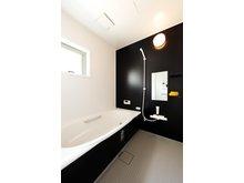 岸和田市額町 全10区画 壁パネルや水はけのよい床など、お手入れのしやすさにこだわった浴室。子どもと一緒にゆったり入れる広さです(モデルハウス)