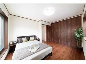 【当社施工例】 木材の扉を使用した寝室は、重厚感があり、落ち着きのある印象です。1日の疲れをゆっくり癒せるそんな空間になりそうですね。癒し空間づくりをお楽しみください。