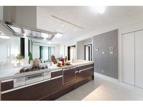 【当社施工例】 広々としたオープンキッチンの横には、鉄筋コンクリート住宅でしかできないコンクリートの打ち放しの壁を施しているので、コンクリートグレーがアクセントになりとても都会的な雰囲気です♪