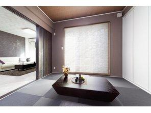 【当社施工例】 めずらしい黒の琉球畳の和室です!スタイリッシュで斬新なイメージの和室になっております!アクセントカラーの壁紙もお部屋の雰囲気に合っていてシックでとても素敵ですよ♪