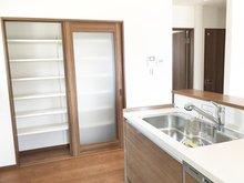 高さを調節できる可動棚式のパントリー。食器や調理家電、食品ストックなどもスッキリ片付きます。(2号地)