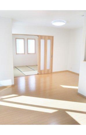 枚方市 津田西町分譲地 【一戸建て】 採光通風良好の、2階リビング(4号地) キッチンから、リビング和室まで見渡せて、料理しながら家族を見守る事ができます。