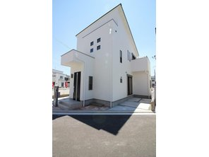 【33号地モデルハウス】ご家族の大切な家は外観にもこだわりたいですね。 外壁材には高い意匠性・耐久性・防火性・断熱性・透湿性・遮音性にすぐれた効果を発揮する厚さ37mmのパワーボードを採用!