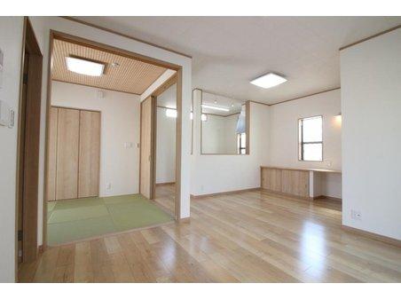 【33号地モデルハウス】 横の和室をつなげて使うこともできる開放的なリビング。お気に入りソファや照明を配置するのが楽しみになる空間です。また、和室ではお子様を遊ばせばがら家事ができるのもいいですね。