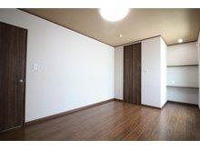 【33号地モデルハウス】 広々クローク付きの2階洋室は、お子様が大きくなって持ち物が増えても、しっかりと収納できます。いつでもスッキリと片付いたお部屋で過ごせるのは嬉しいですね。