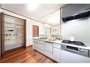 【当社施工例】 キッチン横の大容量パントリーには、かさばりがちな保存食や調味料も、扉付きなのですっきり収納することが可能です。お料理好きのママ、ストックをしておきたいママには嬉しい設計ですね。