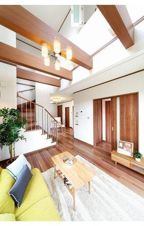 【当社施工例】 吹き抜けから明るい自然光が注ぐリビングです。開放的で居心地がとても良く、思わずリビングに家族が集まりたくなるような空間です。常に賑やかなお部屋になりそうですね。