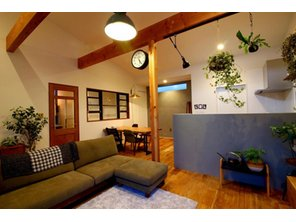 【当社施工例】 カントリー調のLDKは木の温もりを感じる温かみのある空間です。勾配天井+梁見せ天井にすることでお部屋に立体感が生まれます。コーディネートされたインテリアも統一感がありお洒落な空間です
