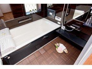 【8号地モデルハウス・浴室】 エレガントな空間で、リラックスムードを演出する浴室です。お手入れしやすい表面フラット仕上げの浴室TVを標準装備しております。優雅な時間をお過ごしください。