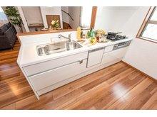 【8号地モデルハウス・キッチン】 リビング全体を見渡すことができて人気のカウンターキッチンです。作業台、流し台が広く、食洗機付きの使い勝手のいいキッチン♪白で清潔感あります。