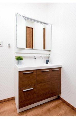 【8号地モデルハウス・洗面台】 洗面台は3面鏡になっているので、身だしなみがしっかり確認できるのが嬉しいですね。また、収納スペースも使いやすく区切ってあるので、細かなものも収納しやすいですね。